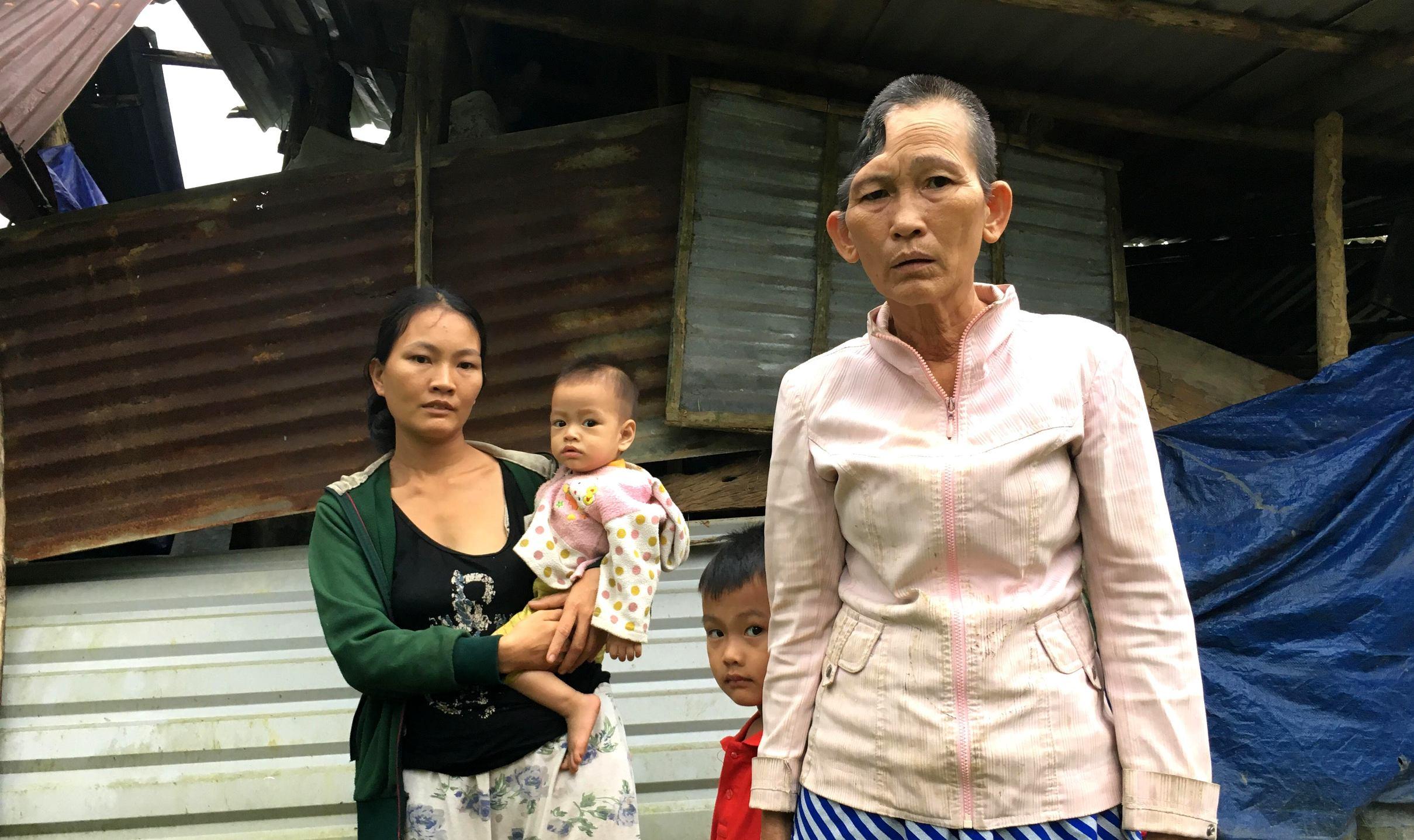 Hiện gia đình bà Thủy đang sống trong một căn lều tạm bợ trên khoảnh đồi. Ảnh: PHAN VINH