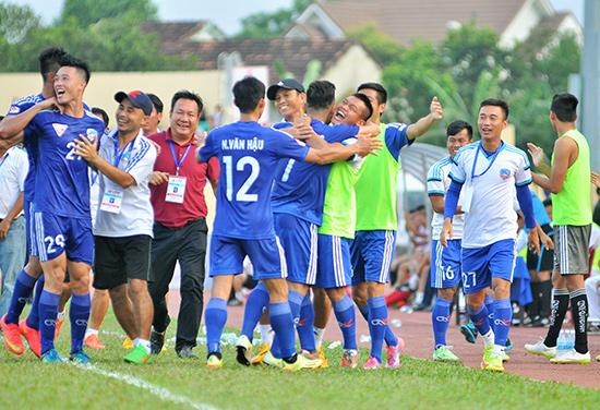Thầy trò HLV Hoàng Văn Phúc sẽ bước vào V-League 2017 với tên Quảng Nam FC. Ảnh: Tường Vy