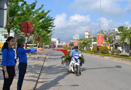 ĐVTN điều tiết giao thông tại nội thị thị trấn Ái Nghĩa, Đại Lộc. Ảnh: C.TÚ