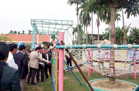 """Khảo sát thực tế mô hình """"Sân chơi trẻ em"""" ở thôn Uất Lũy (xã Điện Minh, Điện Bàn).Ảnh: LÊ TÂM"""