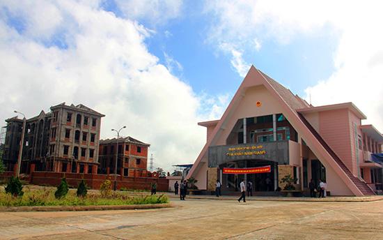 Nguồn lực đầu tư đang giúp hoàn thiện nhiều công trình trọng điểm tại Khu KTCK Nam Giang. Ảnh: ALĂNG NGƯỚC
