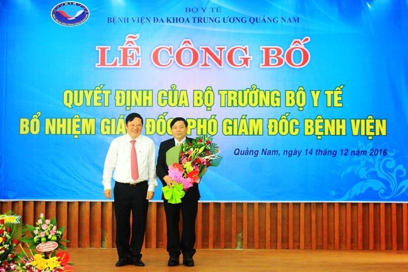 Thứ trưởng Bộ Y tế Nguyễn Viết Tiến trao quyết định bổ nhiệm chức danh Giám đốc Bệnh viện ĐKTW Quảng Nam cho ông Đinh Đạo. ẢNH: ĐOÀN ĐẠO
