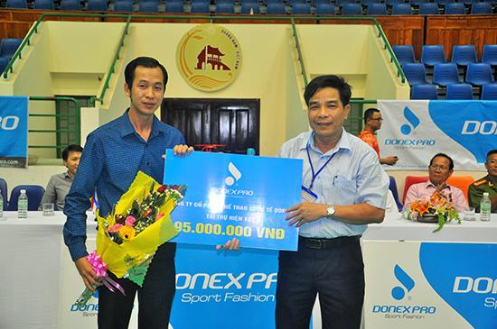 Ban tổ chức giải Cầu lông Câu lạc bộ tỉnh Quảng Nam tặng hoa cho nhà tài trợ giải năm 2015.
