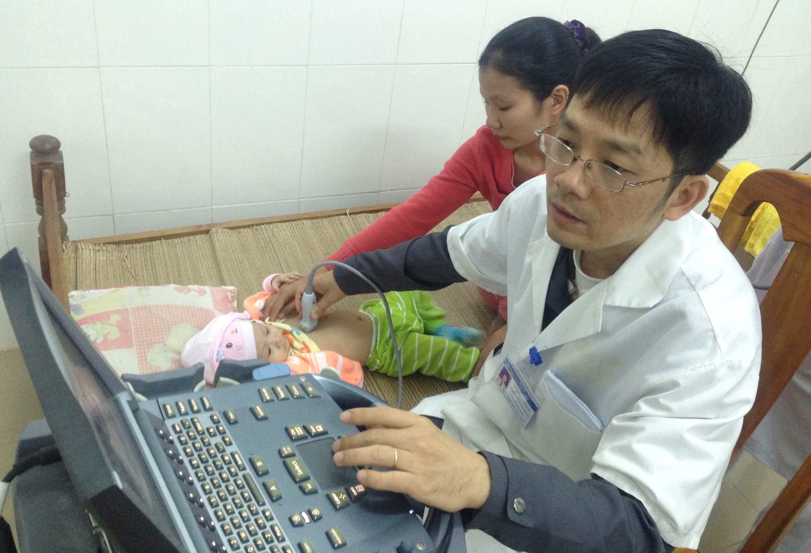 Dịp này, hơn 300 trẻ em được siêu âm chẩn đoán các bệnh về tim. Ảnh: VINH CHÂU