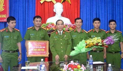 Chính quyền TP. Đà Nẵng thưởng nóng cho CA huyện Hòa Vang vì thành tích phá án xuất sắc. Ảnh: Q.T
