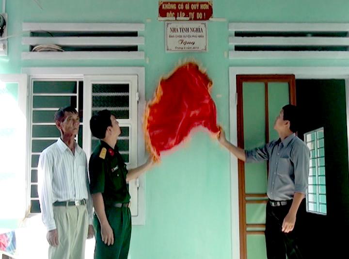 Ban CHQS huyện Phú Ninh bàn giao nhà tình nghĩa cho cựu quân nhân Nguyễn Hồng Nhị. Ảnh: CHÂU VINH