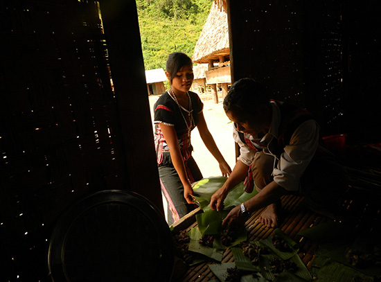 Đại diện hộ đến nhận phần thịt cho thành viên trong gia đình.
