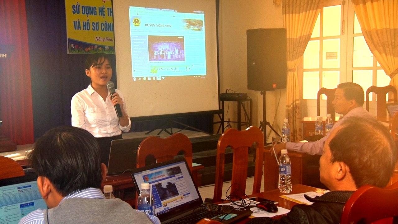 Báo cáo viên tập huấn cho các cán bộ tại huyện Nông Sơn. Ảnh: VINH THÔNG