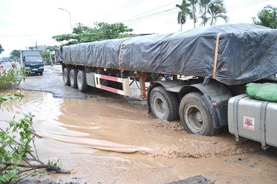 Ô tô tải chở xi măng, cát lưu thông trên