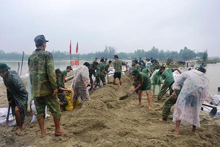 Lực lượng vũ trang tỉnh giúp dân khắc phục hậu quả thiên tai. Ảnh: T.A