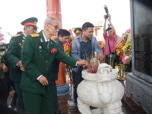 3.Đại tá Lê Công Thạnh, nguyên Phó Chính ủy Mặt trận 44 Quảng Đà thắp hương tại buổi lễ