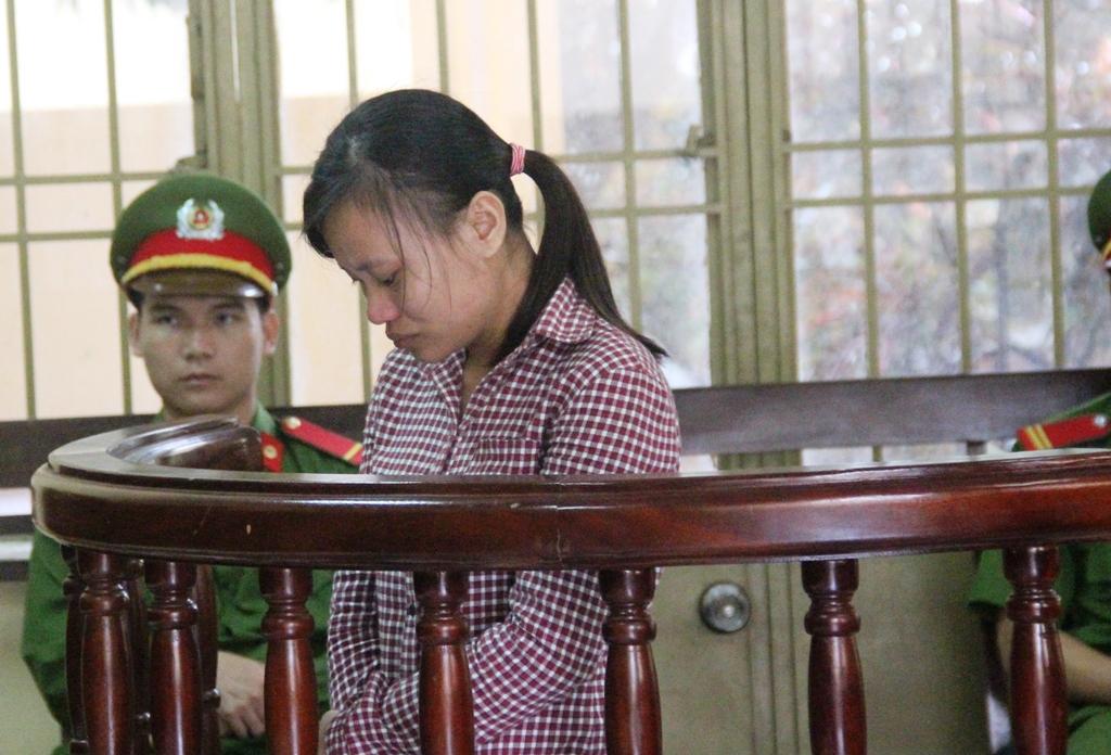 Bị cáo Hằng phải nhận mức án 10 năm tù giam do giết hại mẹ nuôi của mình.