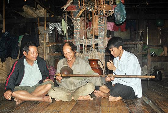 Ông Hồ Văn Chính (giữa) luôn coi cây đàn proóc tố như báu vật của mình. Ảnh: N.V.S