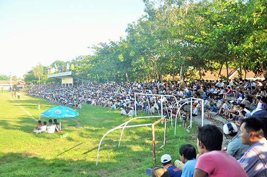 Hình ảnh khán giả chật kín khán đài sân vận động Hội An tại giải bóng đá vô địch tỉnh. Ảnh: A.SẮC