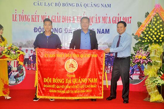 Phó Chủ tịch UBND tỉnh Lê Văn Thanh tặng lá cờ của UBND tỉnh cho đội bóng
