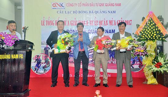 Lãnh đạo Liên đoàn Bóng đá Việt Nam tặng kỷ niệm chương vì sự nghiệp bóng đá cho các cá nhân là lãnh đạo Sở VH-TT&DL, CLB Bóng đá Quảng Nam