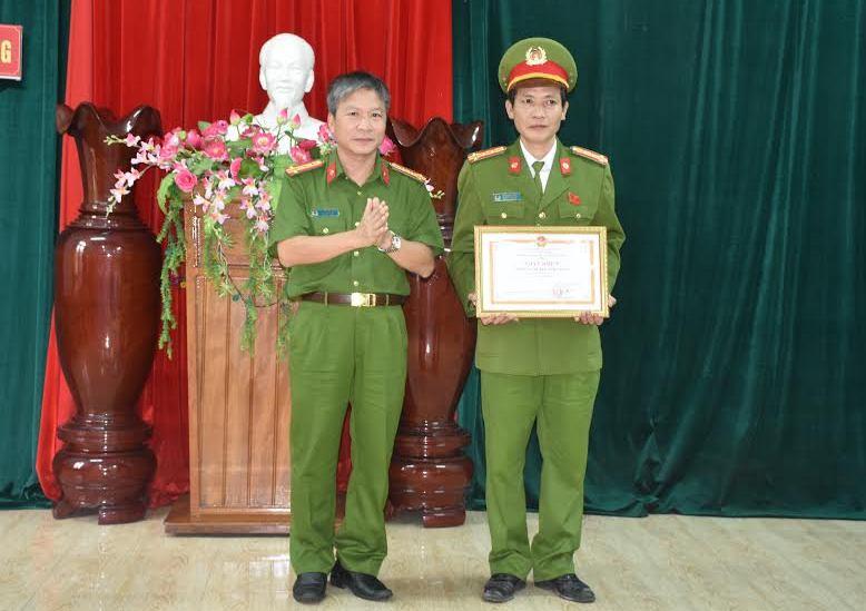 Đại tá Nguyễn Đức Dũng, Phó Giám đốc Công an tỉnh, thủ trưởng Cơ quan cảnh sát điều tra Công an tỉnh trao giấy khen cho đại diện lãnh đạo Công an huyện Nam Giang.