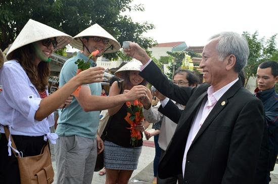 Việc đón chào du khách đầu tiên đến tham quan Hội An đã trở thành nét đẹp văn hóa thể hiện sự hiếu khách của chính quyền và người dân phố Hội