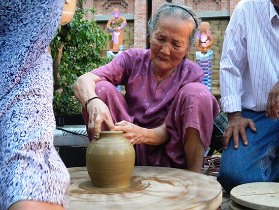 Cụ bà Nguyễn Thị Được (95 tuổi, ở làng gốm Thanh Hà, Hội An) đến cuối năm 2016 mới được xét và công nhận Nghệ nhân cấp tỉnh.