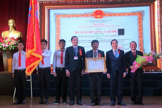 Đại diện Trường Đại học Nội vụ Hà Nội, cơ sở Quảng Nam đón nhận Huân chương Lao động hạng ba của Chủ tịch nước trao tặng