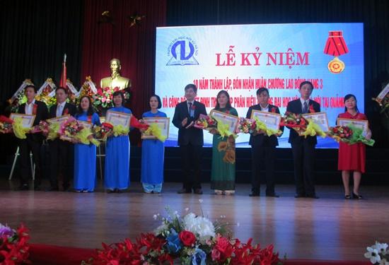 Nhiều tập thể, cá nhân Trường Đại học Nội vụ Hà Nội, cơ sở Quảng Nam cũng được trao tặng nhiều bằng khen, giấy khe trong dịp này