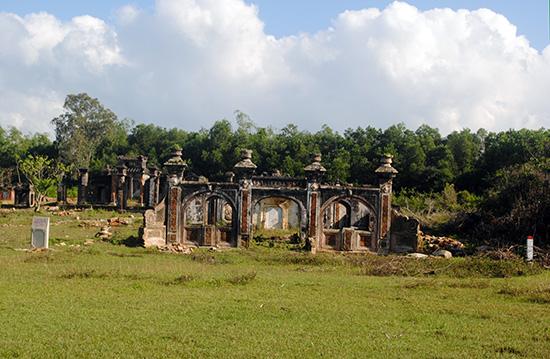 Khu mộ cổ ở khối phố Bàu Đưng, phường Thanh Hà (xây dựng năm Khải Định thứ 8 - tức năm 1913). Ảnh: BTDT