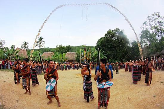 Đồng bào Cơ Tu huyện Đông Giang vui múa cồng chiêng trong lễ hội làng, chung tay gìn giữ bản sắc văn hóa của đồng bào mình. Ảnh: ALĂNG NGƯỚC