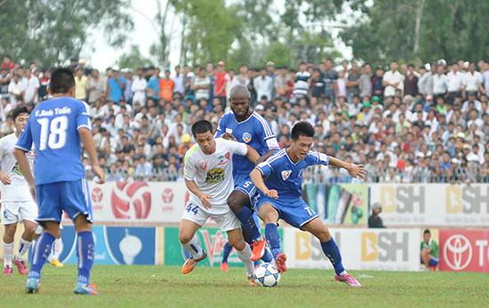 Công Phượng (áo trắng) trở lại hy vọng V-League 2017 sẽ thu hút đông khán giả.Ảnh: AN NHI