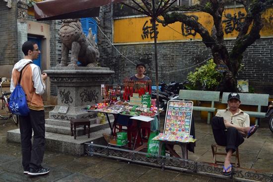 Bán trong khuôn viên Hội quán Quảng Châu