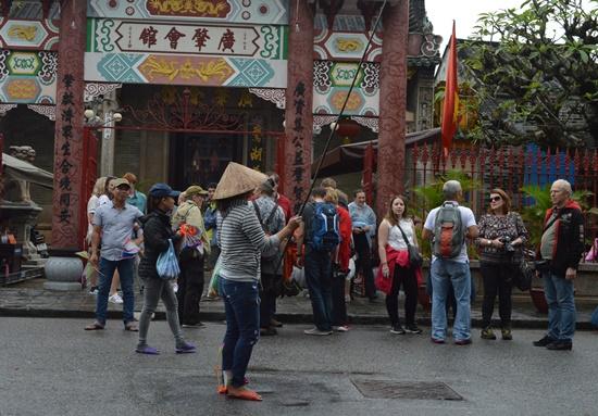 Bát nháo nhất là khu vực Hội quán Quảng Đông và vòng cung Chùa Cầu