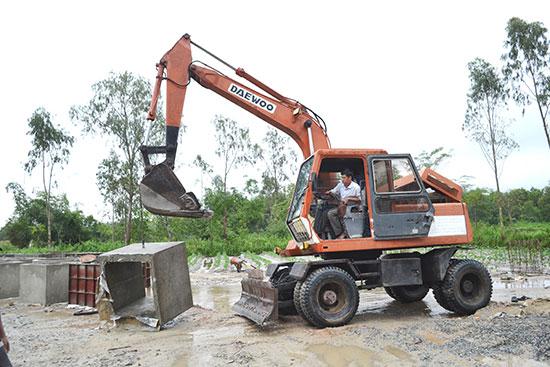 Công nhân Công ty CP Xây dựng giao thông Quảng Nam thi công đúc cống. Ảnh: C.T