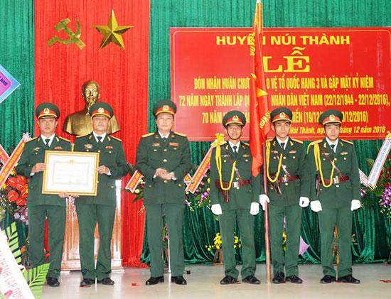 LLVT huyện Núi Thành đón nhận Huân chương Bảo vệ Tổ quốc hạng Ba. Ảnh: T.A