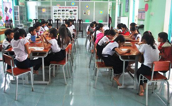 Học sinh đọc sách tại thư viện Trường Tiểu học Ngô Quyền trong giờ giải lao. Ảnh: L.T