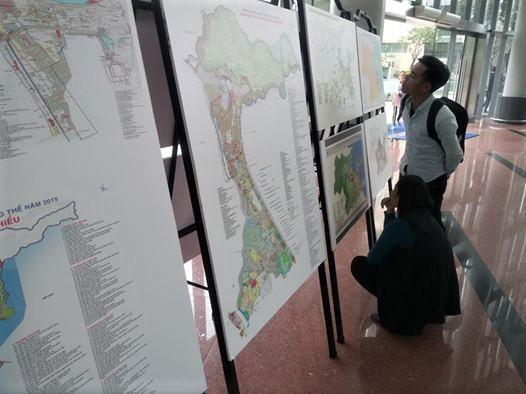 Người dân xem các bức quy hoạch tổng thể được trưng bày tại triển lãm. Ảnh: Q.T
