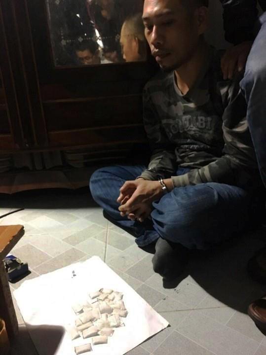 Đối tượng Nguyễn Đình Long cùng tang vật là số ma túy đá thu giữ được. Ảnh: CQĐT cung cấp