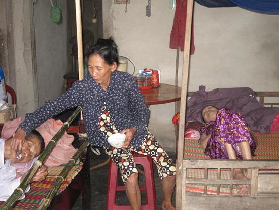 Bà Thời phải chăm sóc cả cha lẫn mẹ bị liệt nằm một chỗ. Ảnh: L.H.H