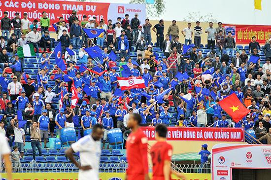 Hội CĐV bóng đá Quảng Nam luôn cổ vũ hết mình với đội bóng.  Ảnh: ANH SẮC