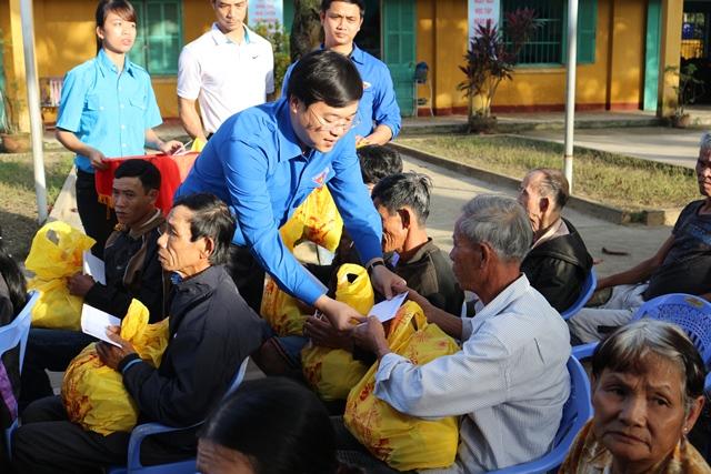 Bí thư thứ nhất Trung ương Đoàn Lê Quốc Phong trao tặng quà cho bà con Hội An chịu thiệt hại trong đợt mưa lũ vừa qua. Ảnh: L.Đ
