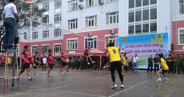 Giải bóng chuyền Mừng Đảng, mừng xuân của Công an tỉnh. Ảnh: MỸ LINH