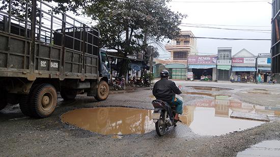 Nhiều đoạn đường trên địa bàn tỉnh hư hỏng nặng nhưng chậm khắc phục.