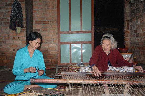 Những lao động lớn tuổi còn bám trụ với nghề dệt chiếu Bàn Thạch. Ảnh: H. BẰNG