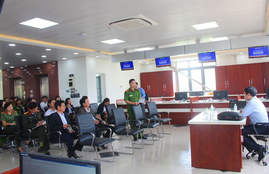 Lãnh đạo Trung tâm Hành chính công và xúc tiến đầu tư tỉnh gặp mặt đội ngũ cán bộ được biệt phái về trung tâm. Ảnh: T.D