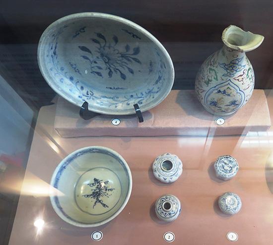 Hiện vật trục vớt được tại vùng biển Cù Lao Chàm đang được trưng bày tại Bảo tàng Hội An. Ảnh: S.A