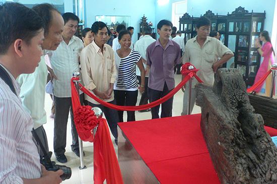 Một phần bánh lái của con tàu chở cổ vật thế kỷ XV bị đắm ở Cù Lao Chàm được trưng bày tại xã đảo Tân Hiệp (Hội An).