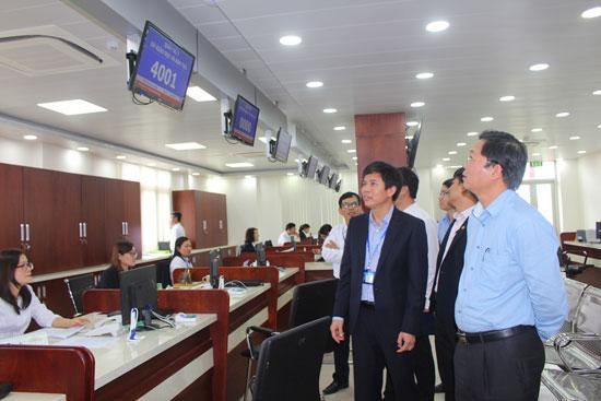 Phó Chủ tịch UBND tỉnh Lê Trí Thanh (ngoài cùng bên phải) kiểm tra quá trình vận hành Trung tâm Hành chính công và xúc tiến đầu tư tỉnh.  Ảnh: VĂN HÀO