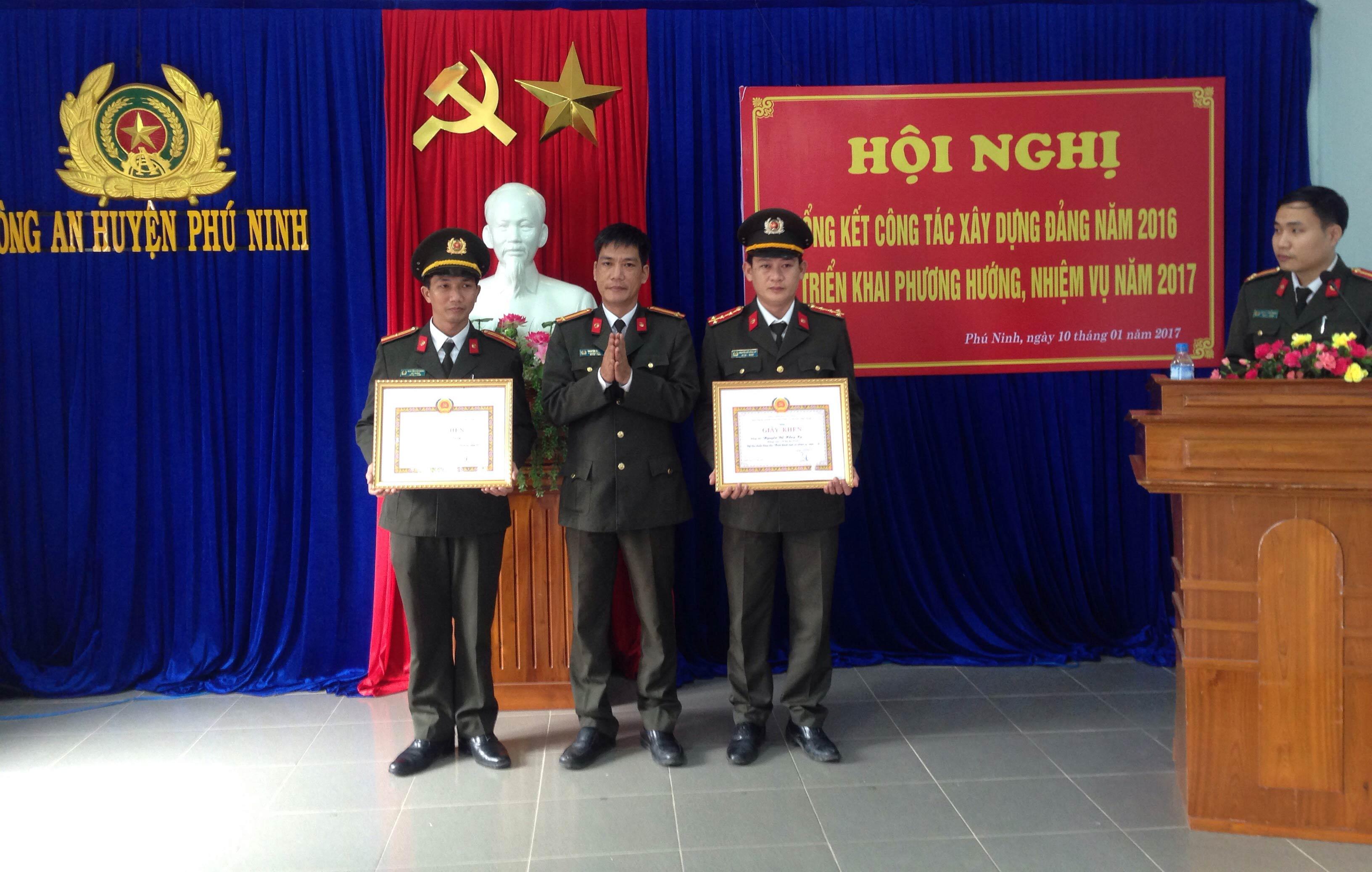 Dịp này, Đảng ủy Công an huyện Phú Ninh đã khen thưởng cho 1 tập thể và 7 cá nhân có thành tích xuất sắc trong công tác xây dựng Đảng. Ảnh: VINH CHÂU