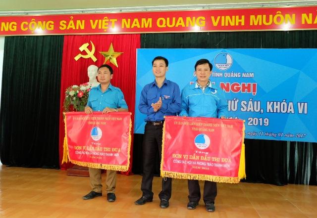 Tặng cờ thi đua dẫn đầu cho 2 đơn vị Đại Lộc và Nam Giang. Ảnh: MỸ LINH