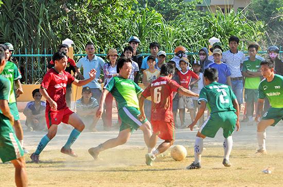 Bóng đá là môn được các xã, phường, thị trấn tổ chức trong kỳ đại hội TD-TT của địa phương. Ảnh: T.VY