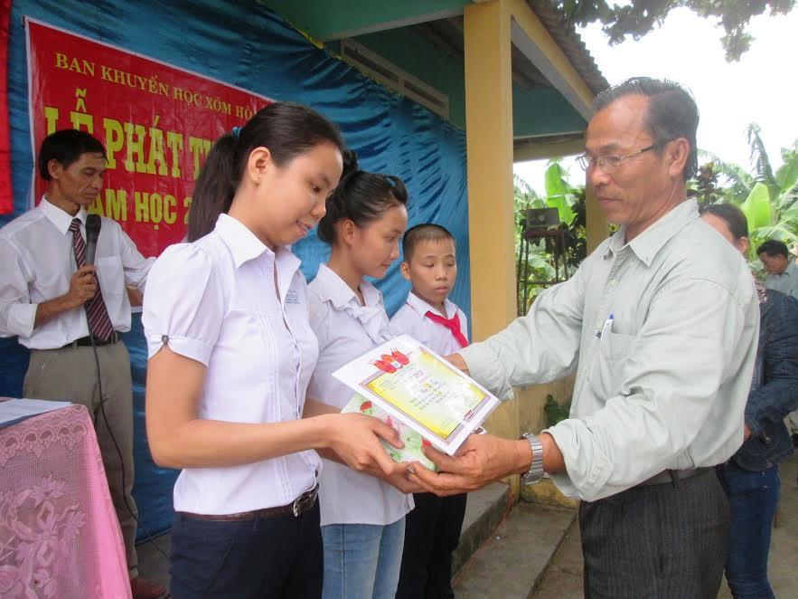 Chi hội Khuyến học xóm Hòa An (thôn Đông Yên, xã Duy Trinh) tặng quà cho học sinh nhằm động viên các em nỗ lực học tập.