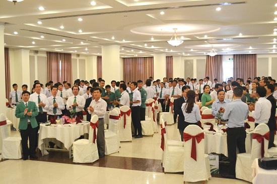 Cán bộ-nhân viên Mai Linh hát bài